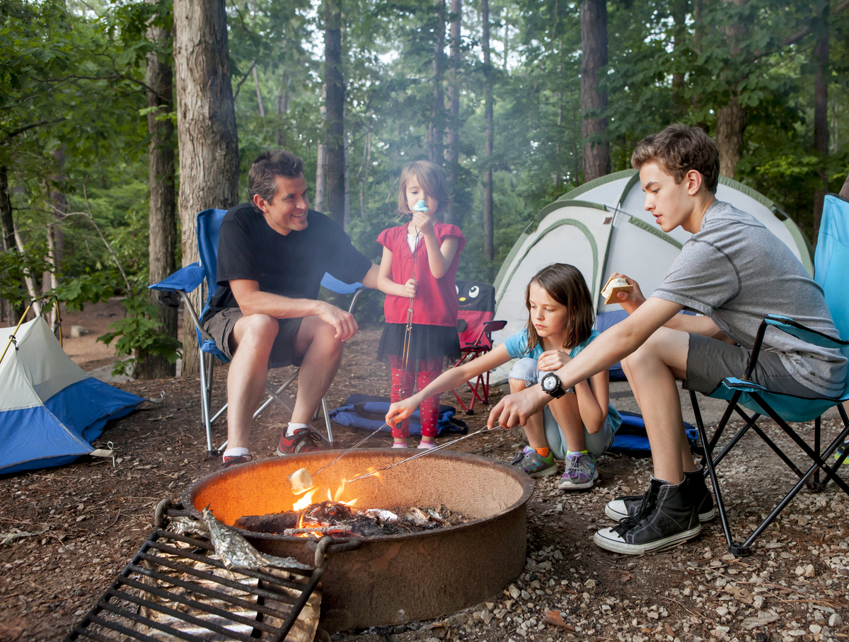 Father camping with kids pvgahwx
